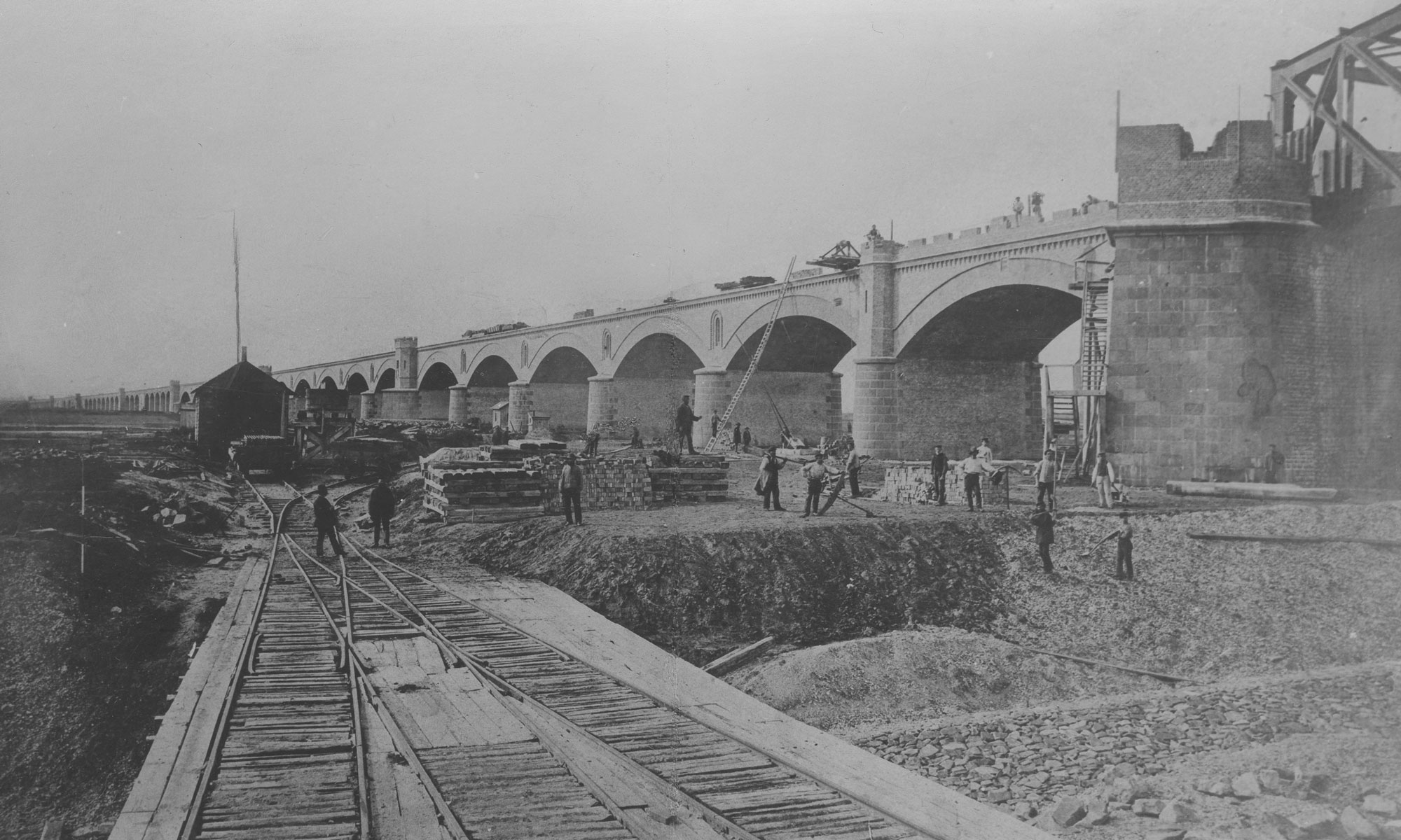 Bau-der-Eisenbahnbruecke